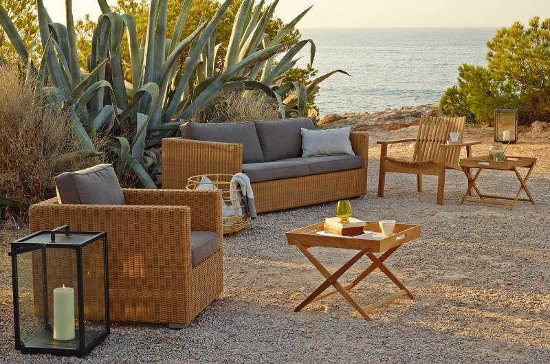 CHESTER Lounge-Sofa in Farbe natur - mit AMAZE Tablettisch und LIGHTHOUSE Laterne